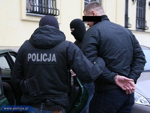 Funkcjonariusze CBŚ z jednym z zatrzymanych, fot. Policja /PAP