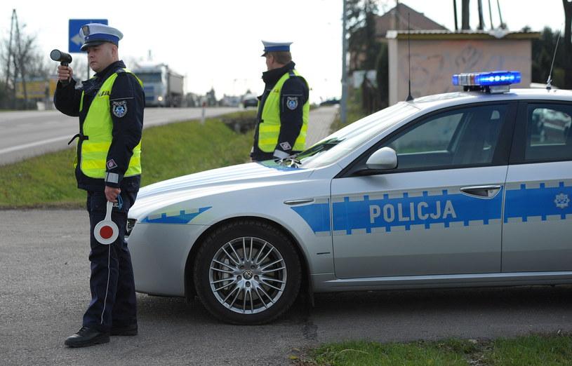 """Funkcjonariusze drogówki patrolują drogę krajową nr 77 w pierwszym dniu policyjnej akcji """"Znicz"""" /PAP"""