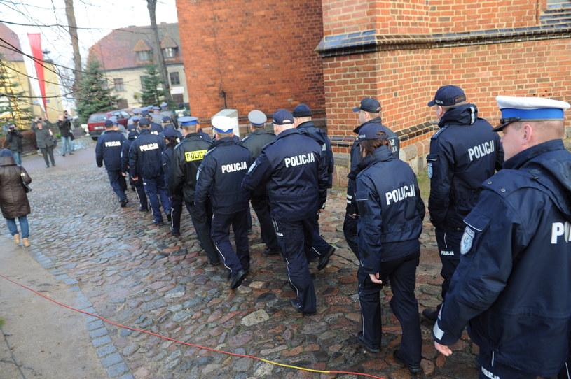 Funkcjonariusze policji w drodze na mszę świętą /Marcin Bielecki /PAP
