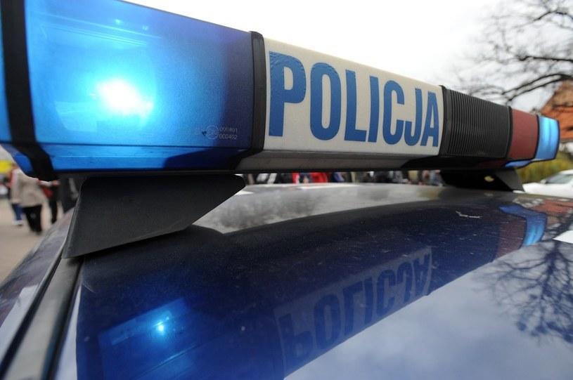 Funkcjonariusze przewozili do aresztu 23-latka odsiadującego karę ośmiu miesięcy więzienia /Wojciech Stróży /Reporter