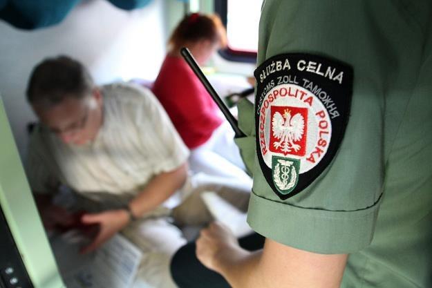 Funkcjonariusze Służby Celnej nie mają łatwego życia / Fot: Tomasz Rytych /Reporter