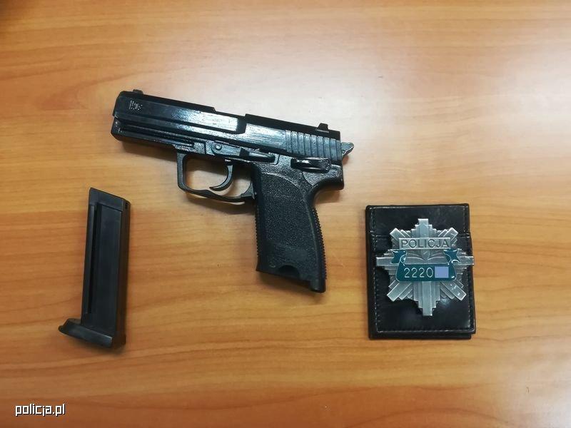 Funkcjonariusze znaleźli przy nim atrapę odznaki policyjnej i atrapę pistoletu /Policja