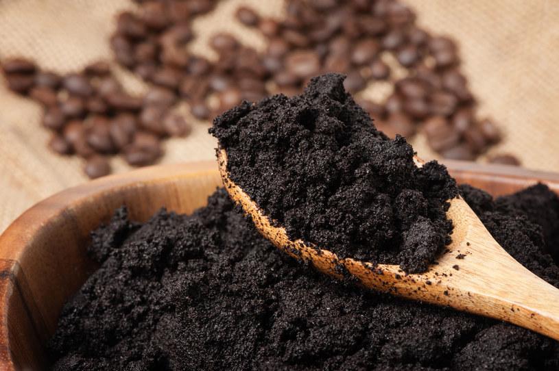 Fusy z kawy wystarczy połączyć z oliwką albo olejem kokosowym, aby uzyskać peeling kawowy /123RF/PICSEL