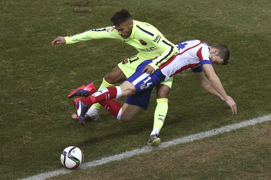 Gabi Fernandez z Atletico walczy o piłkę z napastnikiem Barcy Neymarem /Alberto Martin /PAP/EPA