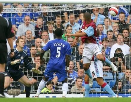 Gabriel Agbonlahor strzela wyrównującą bramkę. Chelsea-Aston Villa 1:1 /AFP