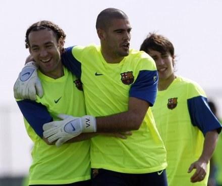 Gabriel Milito (z lewej) i Victor Valdes /AFP