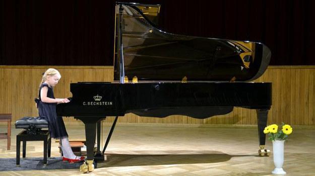 Gabrysia Raczyńska - która wciela się w serialu w Basię - ma niezwykły talent muzyczny. Mała gwiazda świetnie gra na fortepianie i bierze udział w międzynarodowych konkursach. /www.mjakmilosc.tvp.pl/