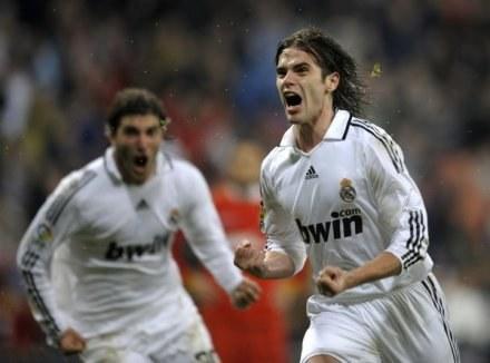 Gago i Higuain mogą zmienić białe trykoty Realu na pasiaste koszulki Atletico /AFP