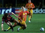 Galatasaray - Milan 2:0. Pablo Garcia (z lewej) w walce z Hasanem Sasem
