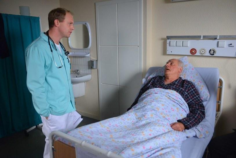 Gangster zacznie zaprowadzać w szpitalu własne porządki i przerazi Kamila. /Agencja W. Impact