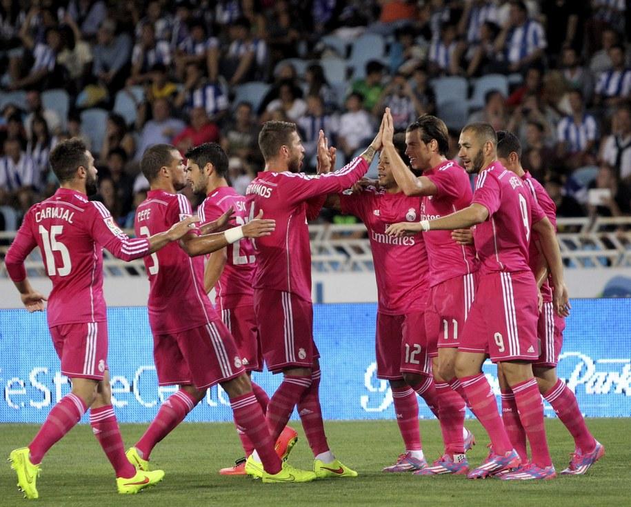 Gareth Bale odbiera gratulacje od kolegów po zdobyciu bramki w meczu z Realem Sociedad /JAVIER ETXEZARRETA /PAP/EPA