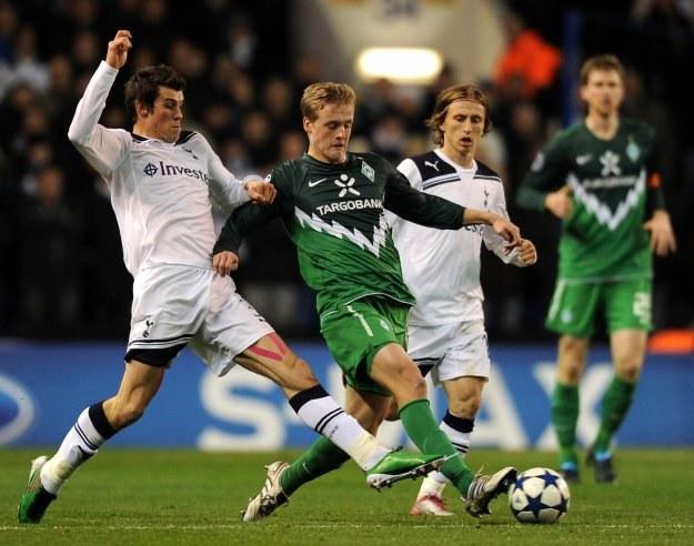 Gareth Bale z Tottenhamu (z lewej) w pojedynku z Felixem Kroosem z Werderu Brema /AFP