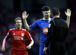 Gary Caldwell z Wigan Athletic udaje niewiniątko. Innego zdania są piłkarze Liverpoolu