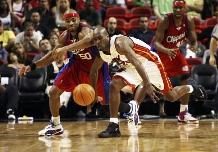 Gary Payton i Corey Maggette walczą o piłkę. Heat-Clippers 95:110 /AFP