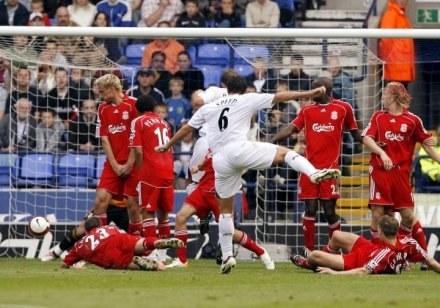 """Gary Speed strzela pierwszą bramkę dla """"Kłusaków"""". Bolton-Liverpool 2:0 /AFP"""