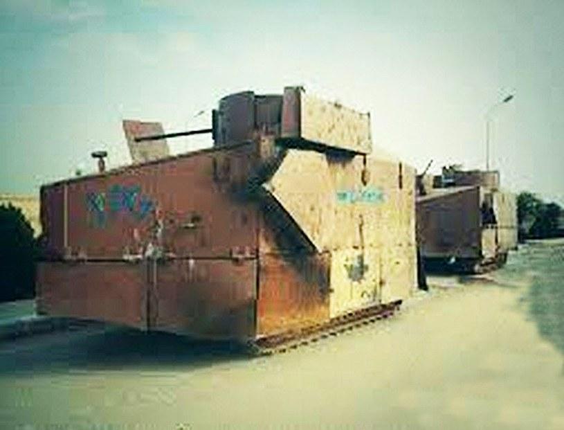 Gąsienicowy pojazd opancerzony uzbrojony w działko przerobiony ze spychacza /East News
