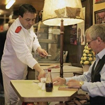 Gastronomia poszukuje pracowników kuchni, personelu sprzątającego, potrzebni są także kelnerzy. /AFP