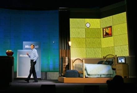 Gates i inscenizacja sypialni jutra. Po tylu latach Bill Gates nadal jest gwiazdą nowych technologii /AFP