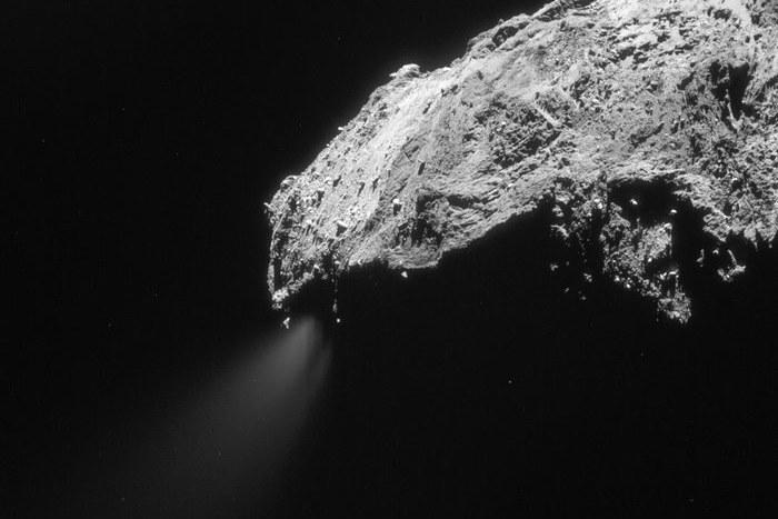 Gaz uwalniający się z jadra komety 67P na zdjęciu z 1 marca 2016 roku /materiały prasowe