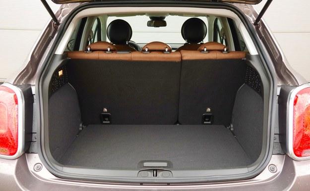 Gdy 500X ma zestaw naprawczy zamiast koła zapasowego, bagażnik mieści 350 litrów. /Motor
