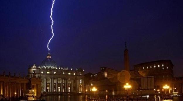 """Gdy Angelo Sodano oświadczył, że wiadomość o abdykacji Benedykta XVI to """"grom z jasnego nieba"""", nikt nie spodziewał się, że fotoreporterowi agencji EPA uda się tego samego dnia zrobić zdjęcie, które będzie doskonale ilustrować słowa kardynała... /AFP"""