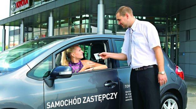 Gdy firma ubezpieczeniowa nie jest w stanie zapewnić pojazdu zastępczego, można ubiegać się o zwrot kosztów przejazdów z polisy OC sprawcy. /Motor