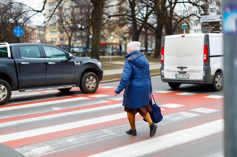 Gdy jeden samochód staje, kierowca drugiego może jechać dalej. Popełnia wykroczenie, które może skończyć się tragicznie dla pieszego /Reporter
