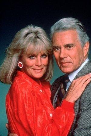 Gdy Linda Evans i John Forsythe zaczynali pracę w serialu, ona miała 39 lat, a on 63. Przyjaźnili się aż do śmierci Forsythe'a w kwietniu 2010 roku. /fot  /materiały prasowe
