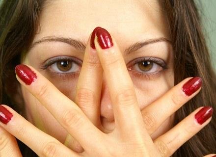 Gdy malujemy paznokcie na jaskrawe kolory, barwnik z lakieru może wniknąć w płytkę fot.Borys Czonkow /MWMedia