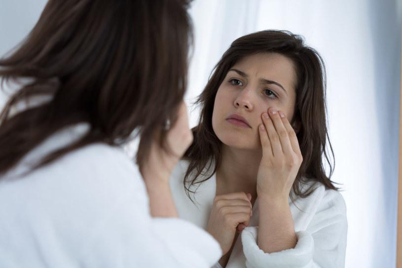 Gdy pod oczami pojawiają się cienie i worki pomoże masaż opuszkami palców podczas aplikacji żelu /123RF/PICSEL