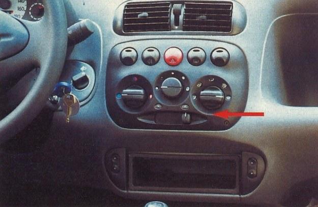 Gdy stoimy w ulicznym korku obok dymiącej ciężarówki, bardzo przydaje się możliwość włączenia zamkniętego obiegu powietrza w kabinie. Duże przyciski na środkowej konsoli, to według mnie zaleta, gdyż nie sposób się pomylić przy ich włączaniu. Po obu stronach wnęki na radio znalazły się sterowniki do szyb. /Motor