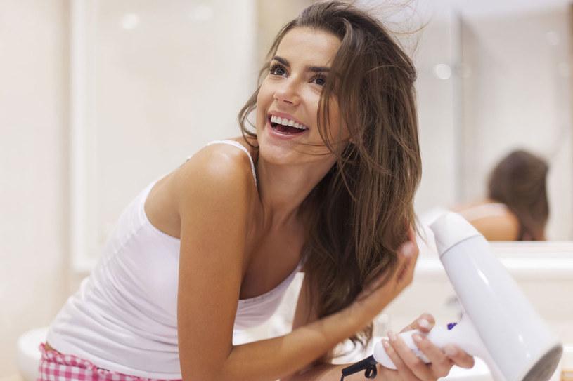 Gdy suszysz włosy, użyj sprayu chroniącego włosy przed działaniem wysokiej temperatury /©123RF/PICSEL