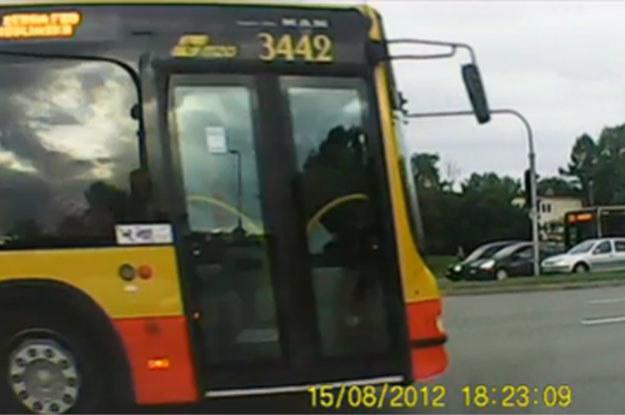 Gdy światło zmienia się na zielone powoli ruszyłem - odruchowo spojrzałem też w lewo. Na całe szczęście, bo okazało się, że rozpędzony autobus linii 731 /