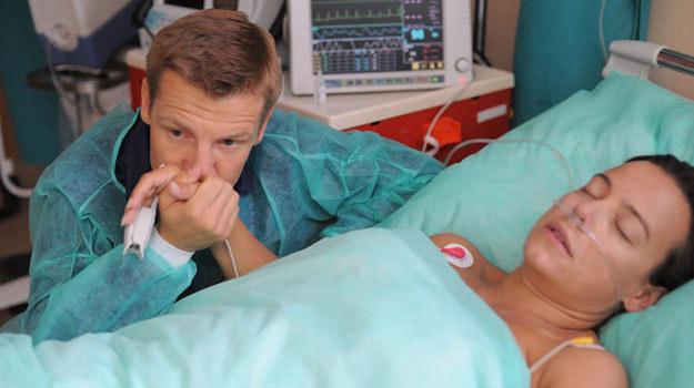 Gdy tylko Paweł dowie się, że Madzia leży w szpitalu, będzie ją regularnie odwiedzał /Agencja W. Impact
