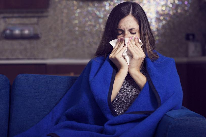 Gdy tylko pojawia się gorsze samopoczucie, zaczynasz kichać, pobolewa cię gardło, natychmiast kładź się do łóżka /123RF/PICSEL