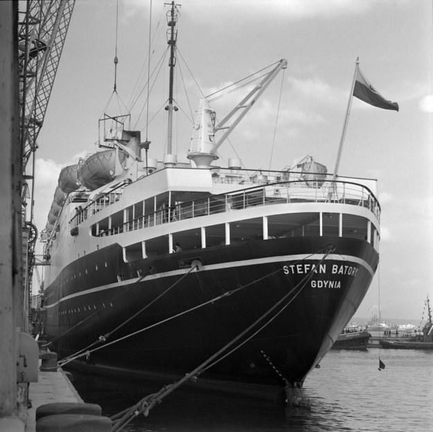 """Gdynia, 1969 r. Transatlantyk """"Stefan Batory"""" przy nabrzeżu portowym /Andrzej Wiernicki /Agencja FORUM"""