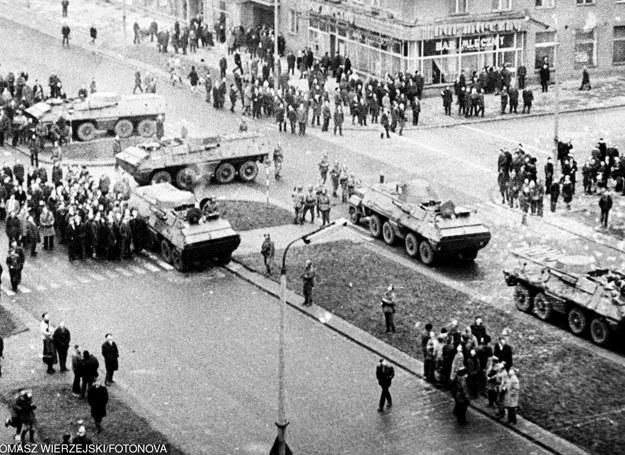 Gdynia: Transportery opancerzone na ulicy Władysława IV/ 17.12.1970 /Tomasz Wierzejski/Fotonova /East News