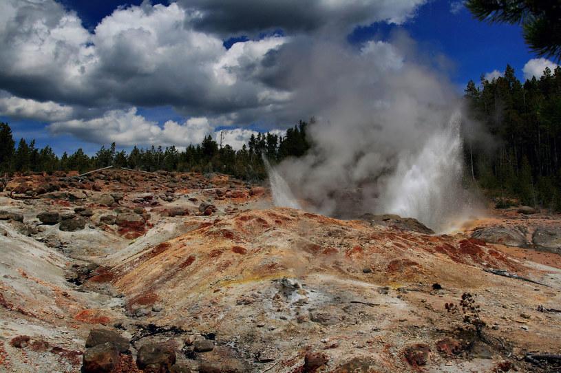 Gejzer Steamboat podczas małej erupcji /fot. Brocken Inaglory /Wikipedia