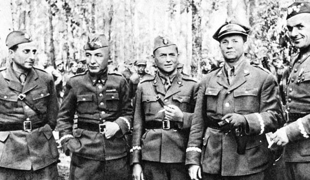 Gen. Karol Świerczewski (drugi od lewej) na zdjęciu z 1944 r. /Laski Diffusion /East News