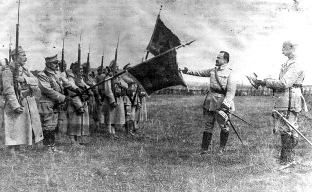 Generał Józef Haller (drugi z prawej) z żołnierzami /Z archiwum Narodowego Archiwum Cyfrowego