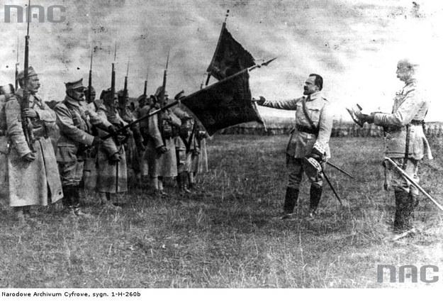 Generał Józef Haller składa przysięgę przed frontem oddziałów Armii Polskiej we Francji /Z archiwum Narodowego Archiwum Cyfrowego