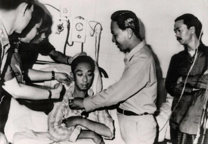 Generał Nguyen Ngoc Loan kilka razy został ranny podczas starć z Vietcongiem. Na zdjęciu odbiera odznaczenie od prezydenta Nguyen Van Thieu, leżąc w szpialu /Domena publiczna /INTERIA.PL/materiały prasowe