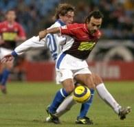 Generelo i Ibarra walczą o piłkę. Saragossa-Espanyol 0:1 /AFP