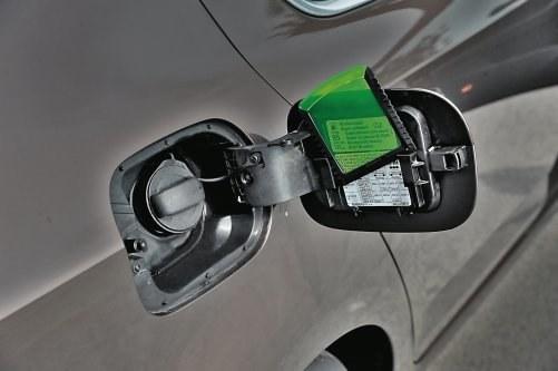 Genialne rozwiązanie - dzięki takiemu umiejscowieniu (na zdjęciu: Skoda Octavia III) oczyszczenie zaśnieżonego auta nie wymaga zaglądania do wnętrza. /Motor