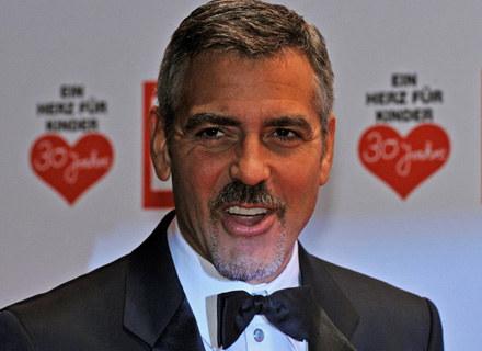 """George Clooney zdecydował się na gościnny występ w kilku ostatnich odcinkach """"Ostrego dyżuru"""" /AFP"""