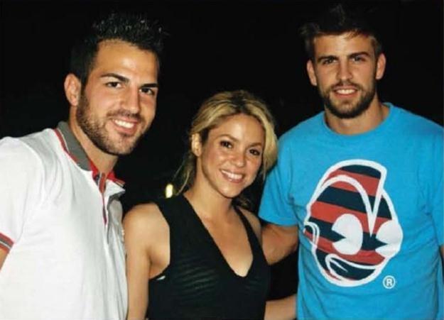 Gerard Pique i Shakira (z lewej Fabregas) zakazani na Santiago Bernabeu. /AFP