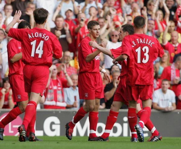 Gerrard (przyjmuje gratulacje) zapewnił zwycięstwo Liverpoolowi /AFP