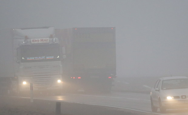 Gęsta mgła w środkowej i południowej Polsce. Kłopoty na lotniskach