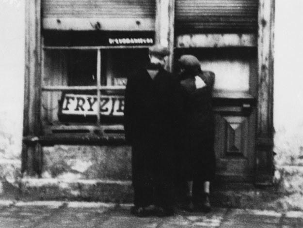 Getto w Warszawie w roku 1940: Żydzi zostali zmuszenie przez Niemców do noszenia naszywek /Getty Images
