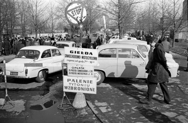 Giełda samochodowa na ul. Dzikiej w Warszawie (rok 1970) /Mirosław Stankiewicz /Agencja FORUM